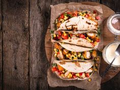 These delicious tacos can be on your table in no time! Topped with an array of ingredients like Pico de Gallo, corn and delicious seasonings. The herb aioli sauce will be the perfect topping to these tacos. Chicken Taco Recipes, Chicken Tacos, Fried Chicken, Lunch Recipes, Breakfast Recipes, Recipes Dinner, Dessert Recipes, Mexican Dishes, Mexican Food Recipes
