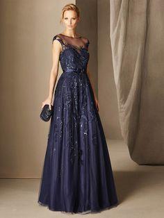 El vestido de fiesta de estilo princiesa BOAL está realizado en raso, combinado con tul mórbido y aplicaciones de pedrería. Doble escote corazón y barco
