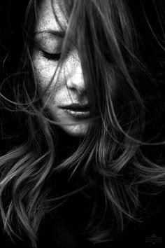 Tantas vezes, por você, segurei os passos no gatilho. Fui porto seguro, mesmo precisando ser tempestade. De minhas asas fiz ninho. Me perdi em seu abraço, e me desmanchei ante seu sorriso bobo. Eu já tive pânico só de pensar em não te fazer feliz. Até entender que,  não sou eu quem te faz feliz, mas é você quem precisa escolher ser feliz ao meu lado...