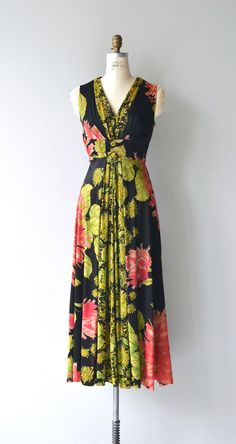 Way gorgeous vintage 1970s slinky polyester jersey maxi dress with bold black floral print, gathered V neckline, wide wrapped under bust, fitted waist and flowing skirt. Back zip closure. --- M E A S U R E M E N T S --- fits like: medium/large bust: 38-40 waist: 31-32 hip: free length: 52 brand/maker: n/a condition: excellent ✩ layaway is available for this item To ensure a good fit, please read the sizing guide: http://www.etsy.com/shop/DearGolden/policy ✩ more vintage dresses ✩ http://...
