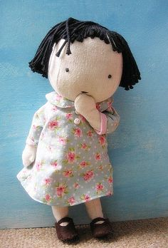 This little doll reminds me of the sock doll (sock body, yarn hair, cute little dress and shoes) that my mother bought for me at a Grange craft sale when I was a kid. Doll Toys, Baby Dolls, Sewing Crafts, Sewing Projects, Sewing Dolls, Little Doll, Waldorf Dolls, Soft Dolls, Diy Doll