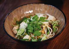 Japanische Nudelsuppe: Mit Algen, Tofu, Shiitakepilzen und Nudeln macht uns diese vegane Suppe satt und glücklich.