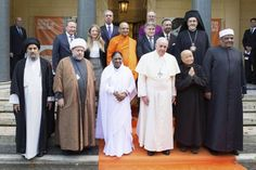Pope Francis poses with religious leaders during a meeting at the Pontifical Academy of Sciences at the Vatican Papa Francisco, Pastor Billy Graham, Unity In Diversity, Academy Of Sciences, World Religions, Rare Pictures, Pope Francis, Plans, Bastille