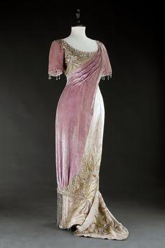 Evening gown, Vienna, 1908. Silk atlas. Photo: Kocourek Andrew, Gabriel Urbanek. Museum of Decorative Arts, Prague, via eSbírky.cz. Click through for huge photo.