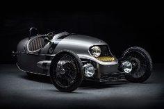 運転席側に寄せられたヘッドライトにキュンときました。20世紀前半のレーシングカーを思わせる美しいデザインですが、中身はEV。モーガンの歴史を切り開いたスリーホイラーを現代的に解釈するとこうなるのでしょう。オリジナルはV型2気筒エンジンを積んでいましたが、「EV3」は62馬力のモーターを搭載。フロントに収まっていたエンジンがなくなり、バッテリーを冷却するためのフィンがつき、モダンなフェイスとなったのも印象的です。最高時速は144km/h。0-100km/h加速は約9秒。日常的な速度域での加速性能を求めているかのよう。まあ強烈な風圧と戦ってまでハイスピードを求める車両ではないでしょう。一人乗りですし