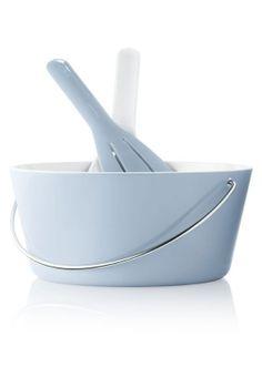 Salatskål med hank og matchende salatbestik, så den er ekstra nem at fragte med ud i haven, designet af Tools, fås også i lime, udført i melamin, $48/269 kr. pr. sæt, Eva Solo.