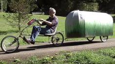 Elle est minuscule... mais rien ne manque ! Jamais une caravane n'avait autant symbolisé la liberté de mouvement. Une invention très ingénieuse.