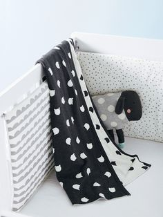 Children will love this soft throw with cat head motifs in jacquard knit. In the car, living room or their bedroom, they will not let it go! Baby Box, Knitted Throws, Everything Baby, Prams, Baby Decor, Linen Bedding, Playroom, Baby Car Seats, Kids Room