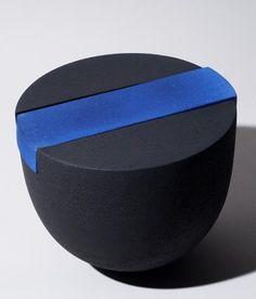 Tjok Dessauvage Ceramic Boxes, Ceramic Decor, Ceramic Pottery, Pottery Art, Earthenware, Stoneware, Id Design, Black Clay, Ceramic Artists