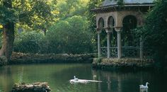 Pond with pavilion in the María Luisa Park. Seville © Turespaña