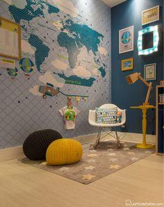 pufes preto e amarelo com tapete de estrelas, piso de madeira e parede azul.