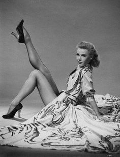 The Divine Vera Ellen.One of the greatest dancers in Hollywood EVER (i. White Christmas w/ Danny Kaye) Old Hollywood Glamour, Vintage Glamour, Vintage Hollywood, Hollywood Stars, Vintage Beauty, Classic Hollywood, Vintage Fashion, Hollywood Icons, Vintage Tv