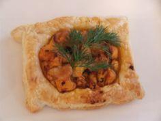 Tavuklu Yufka Çanağı Malzemeler: 2 yemek kaşığı krema 1 Adet kırmızı biber 150 gr mantar 2 adet yufka 2 yemek kaşığı soya sosu 1 yemek kaşığı zeytinyağı 6 dal maydanoz 2 parça tavuk göğsü 150 gr margarin (hamur işi tercih edilir) Hazırlanışı: Margarin eritilir yufkaların üzerine sürülerek üst üste dizilir yufkalar 10*10 ebatlarında kesilerek kalıplara yerleştirilir önceden ısıtılmış 170 derecedeki fırında 15 dakika kadar pişirilir diğer tarafta zeytinyağında küp doğranmış ... Turkish Recipes, Ethnic Recipes, Tacos, Mexican, Food, Eten, Meals, Diet
