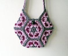 Ce sac, le sac à main ou le fourre-tout est vraiment unique. Jai filé quelques gris, rose et plus profonde rose laine mérinos en fils épaisses et jai ensuite bonneterie hexagones « Granny » pour faire ce sac OOAK. Merino est une haute qualité de laine de mouton qui est lisse et souple mais résistant à lusure.  Le sac est bordé de tissu de coton gris qui ajoute une force et lempêche de létirement. Il mesure 9,5(24cm) à sa plus grande largeur et 9 (23cm) entre le point où les poignées de fixer…