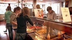 Lahden Aterian keskuskeittiö pysyy Liipolan-Kaikuharjun koulukiinteistössä, vaikka koulutoiminnot siirtyvät toisaalle. Mittausten perusteella keittiössä voidaan edelleen työskennellä henkilöstön oireilusta huolimatta.