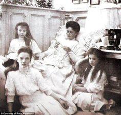Grand Duchess Anastasia Romanov sitting next to her Mother Empress Alexandra. Grand Duchesses Tatiana and Maria Romanov sit on the floor. Old Pictures, Old Photos, La Familia Romanov, Czar Nicolau Ii, Anastasia Romanov, Tatiana Romanov, Romanov Sisters, House Of Romanov, Alexandra Feodorovna