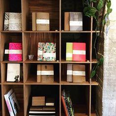 Así luce el librero Matilda con las súper libretas de nuestros amigos @laikanotebooks #genial #notebook #bookshelf