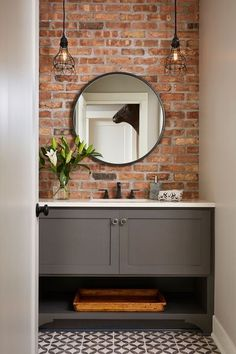 Decoração de banheiro moderno com piso em ladrilho hidráulico e parede com tijolo de demolição. Brick Bathroom, Grey Bathroom Vanity, Grey Bathrooms, Basement Bathroom, Bathroom Interior, Small Bathroom, Bathroom Ideas, Bathroom Vanities, Neutral Bathroom