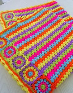 crochet blanket, granny stripes & squares Love the colors and pattern ! Crochet Motifs, Crochet Squares, Crochet Blanket Patterns, Baby Blanket Crochet, Crochet Stitches, Crochet Baby, Knitting Patterns, Granny Squares, Crochet Blankets