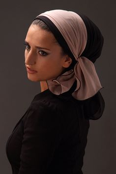 """THE """"VEIL YOMI"""" Yomi veil scarf can be tied at the back of the head or more likely to be on the side of giving you a nice volume. Easy to tie and can be adorned with a headband veil. Scarf Hairstyles, Pretty Hairstyles, Muslim Fashion, Modest Fashion, Minimalist Wardrobe Essentials, Headband Veil, Hair Cover, Turban Style, Wearing A Hat"""