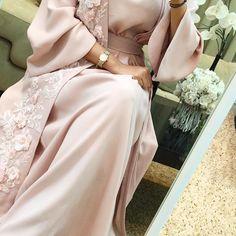 Ramadan collection (متوفر_available) Price. 1900 Dhs/Riyal/Dinar We deliver worldwide. Hijab Wedding Dresses, Eid Dresses, Hijab Dress, Event Dresses, Fashion Dresses, Muslim Women Fashion, Arab Fashion, Mode Abaya, Arabic Dress