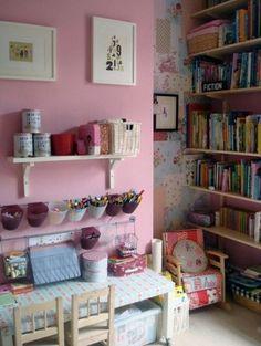 Des murs colorés et joyeux pour que les activités des fillettes soient inspirées et gaies. Un coin très agréable dans la chambre......ou ailleurs !