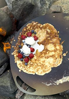 Finnish pancake (muurinpohjalettuja) with berries and whipped cream Pfannkuchen in der muurikka- super! Helsinki, Crepes, Summer Recipes, Great Recipes, Finnish Pancakes, Finnish Cuisine, Finland Food, Finnish Recipes, Scandinavian Food
