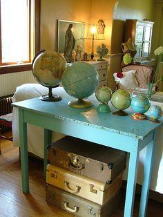 Globes on a table with vintage suitcases-- Looking good! Vintage Globe, Vintage Decor, Table Vintage, Vintage Frames, Mesa Retro, Bric À Brac, Turquoise Table, Turquoise Furniture, Vintage Suitcases