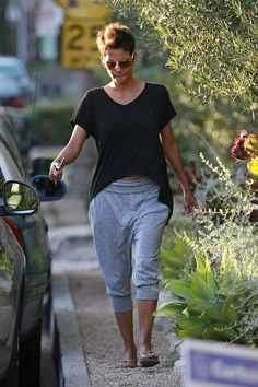 Halle Berry casts her vote for the 2012 presidential election in Los Angeles.   (November 6, 2012 - Source: PacificCoastNews.com) see more angles »     Newest Full List            Prev  30 of 218   Next     Halle Berry Capri Pants  Halle Berry epitomized comfort in these baggy, oversized capris.   Halle Berry V-Neck Tee  Halle looked ultra-cozy in her blousy black tee with a high-low hem.  Brand: Wilt