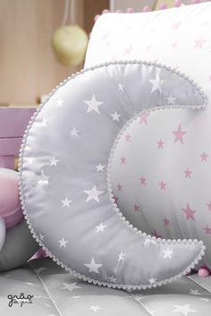 Esta maravilhosa Almofada Lua Estrelinhas Pompom é o charme ideal que faltava para a decoração do quarto de bebê dos sonhos. Com toque suave das cores cinza e rosa, a peça mescla os formatos de lua e estrelinha, gerando um atrativo lúdico ao bebê. Nas bordas, detalhes em pompom que completam o combo de fofura. #almofadadebebe #quartodebebe #mundorosa #quartodemenina #trancadeberco