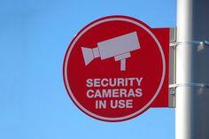 Diebe abschrecken, Kunden schützen mit moderner Videoüberwachung - Ein erhöhtes Sicherheits-Bedürfnis führt in öffentlichen Verkehrsmitteln oder auch auf belebten Plätzen immer mehr zum Einsatz moderner Videoüberwachung. Auch der Handel greift mittlerweile standardmäßig dazu, wenn möglichst große Verkaufsflächen mit möglichst wenig Personal betrieben werden soll...