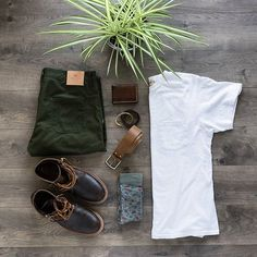 Sunday lay with a simple white tee? Don\'t mind if I do. ---------- Tee: Freenote Cloth Trousers: @shockoe_atelier Socks: American Trench Boots: @oakstreetbootmakers Wallet: @districtleather Belt: Rustico Bracelet: @tannergoods Bracelet: @districtleather ---------- #freenotecloth #shockoe_atelier #oakstreetbootmakers #americantrench #rusticomade #districtleather #witnesscompany #tannergoods #flatlay #flatlaystyle #stylegrids #stylishgridgame #sharpgrids #ootdgrid #outfitfromabove #thingsmade
