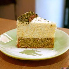 We love this #cake with #pumpkinseat and #polenta  Wir lieben die Kürbiskern-Sterz Torte in der Mehlschwalbe  #foodgasm #foodpic #instafood #foodies #foodie #foodshot #foodstagram #instafood #photooftheday #picoftheday #testesser #graz #steiermark #austria #igersgraz #mehlschwalbe #kuchen #torte #sterz #kürbiskern #sweets #kleineAuszeit #genuss #dessert