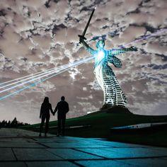 Довольно сюрреалистический кадр получился на репетиции лазерного шоу в Волгограде. Представить можно что угодно, нападение инопланетян, ... нападение инопланетян, ну или что-то в этом роде. #Волгоград #МамаевКурган #Курган #РодинаМать #ДеньПобеды #9мая