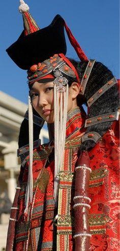 Traditionelle mongolische Tracht mit Widderhornfrisur