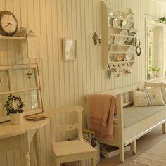 Här är den del av köket som jag kan inreda lite som jag känner för. Längst till vänster i bild är det tänkt att det ska bli ett skafferi så småning om. Swedish Interiors, Swedish Style, Interior Styling, Entryway, Shabby Chic, House Styles, Inspiration, Furniture, Spaces
