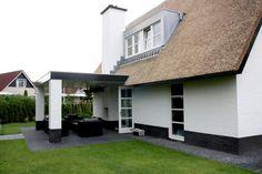 Wit huis met rieten dak. Daar hou ik van.