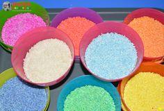 Pomysły na zabawę ryżem, które dziś prezentuje zajmą dziecko na długie godziny. Co można robić z ryżem?      Dziś przedstawiam 4 pomysły na zabawę ryżem. Zacznijmy jednak od tego jak uzyskać kolorowy ryż. Aby go zabarwić nie potrzeba specjalnych barwników, choć oczywiście można wykorzystać spożywcze