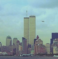 Seconds before the plane hit the north WTC tower at a. World Trade Center Nyc, World Trade Center Attack, 11 September 2001, Remembering September 11th, Titanic History, Rms Titanic, 911 Never Forget, Creepy, American Revolutionary War