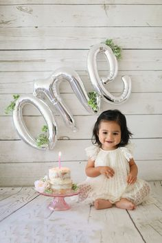 first birthday girl First birthday photoshoot 1st Birthday Photoshoot, 1st Birthday Party For Girls, One Year Birthday, First Birthday Decorations, Baby Birthday, Birthday Ideas, Surprise Birthday, Birthday Gifts, Birthday Quotes