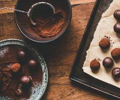 Βελούδινες τρούφες σοκολάτας Food And Drink, Pudding, Sweets, Chocolate, Desserts, Recipes, Tailgate Desserts, Deserts, Gummi Candy