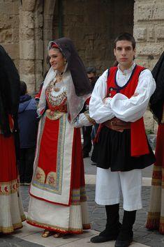 Folk Costumes of Sardinia - Page 3 Folk Clothing, Historical Clothing, Sardinian People, European Costumes, Costumes Around The World, Folk Festival, Europe Fashion, Folk Costume, People Dress