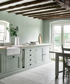 Sage green kitchen. Countric Chic style • Cocina campestre color verde salvia Green Kitchen Designs, Country Kitchen Designs, Interior Design Kitchen, Kitchen Country, Interior Paint, Modern Country Kitchens, Interior Decorating, English Kitchens, Interior Ideas