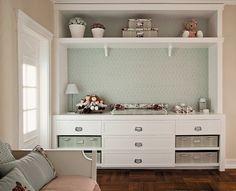 No quarto romântico criado pela arquiteta Fernanda Moreira Lima, a marcenaria branca com linhas clássicas complementa a feminilidade do ambiente