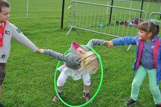 Pass on hoop- Hoepel doorgeven Pass on hoop - Problem Solving Activities, Gross Motor Activities, Activities For Kids, Kids Party Games, Fun Games, Games For Kids, Backyard Games, Outdoor Games, Fille Au Pair