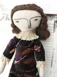 Muñeca realizada en algodón con pelo trenzado y vestido de terciopelo de AntonAntonThings en Etsy