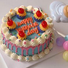 Pretty Birthday Cakes, Pretty Cakes, Fancy Cakes, Mini Cakes, Rodjendanske Torte, Pastel Cakes, Cute Baking, Little Cakes, Cute Desserts