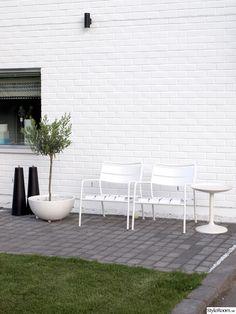 måla hus,måla på tegel,olivträd. ikea Scandinavian Interior, Scandinavian Style, Outdoor Chairs, Outdoor Furniture Sets, Outdoor Decor, Garden Chairs, White Houses, Viera, Landscape Architecture