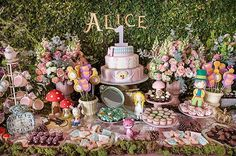 Alice no País das Maravilhas!🗝💕 Decor @misssugarfestas  Acervo @ellaarts_kids #alicenopaisdasmaravilhas #ellaarts #ellakids #mesadedoces