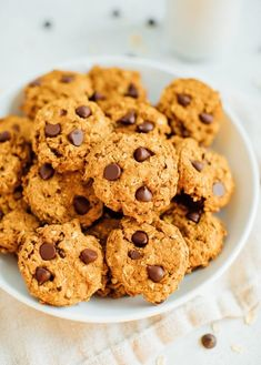 These delicious pumpkin oatmeal chocolate chip cookies are healthy, vegan, gluten-free. Perfect for satisfying your pumpkin cravings! Healthy Cookies, Healthy Dessert Recipes, Gourmet Recipes, Cookies Vegan, Cookie Recipes, Vegan Recipes, Healthy Treats, Delicious Recipes, Pumpkin Chocolate Chip Cookies